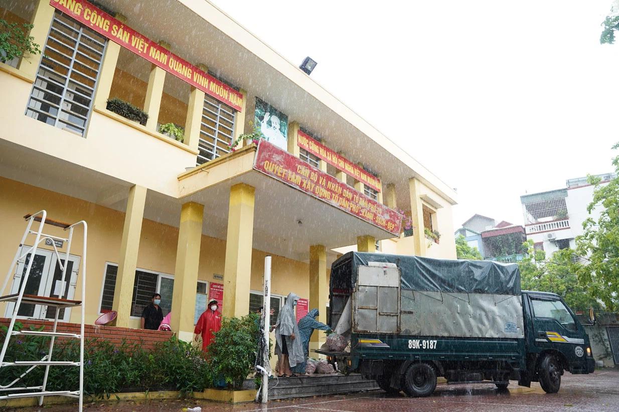 Hơn chục người dầm mưa vận chuyển, phát miễn phí 5,5 tấn nông sản Bắc Giang  - Ảnh 10.