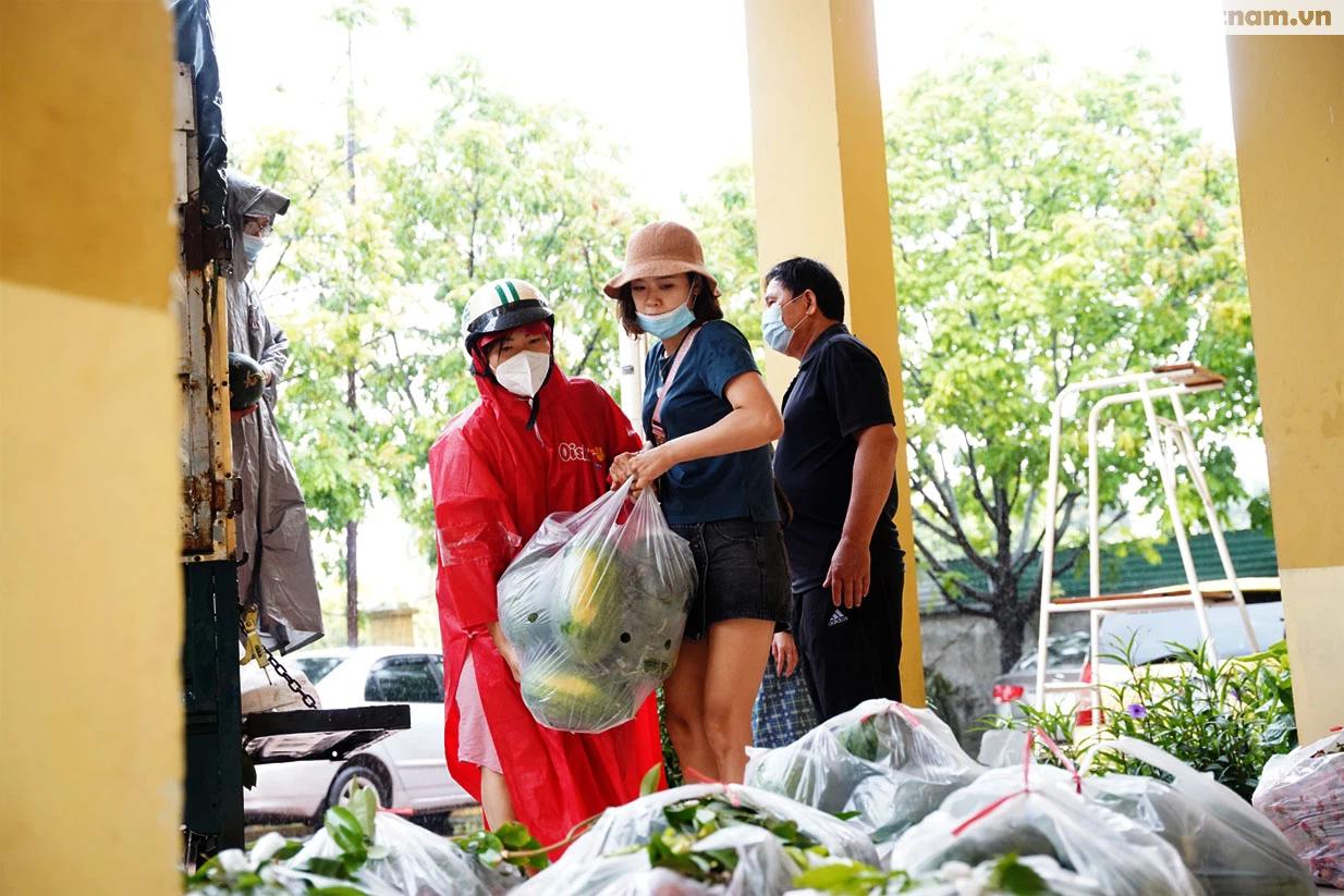 Hơn chục người dầm mưa vận chuyển, phát miễn phí 5,5 tấn nông sản Bắc Giang  - Ảnh 11.