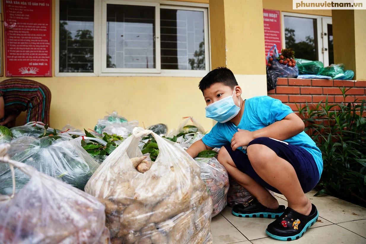 Hơn chục người dầm mưa vận chuyển, phát miễn phí 5,5 tấn nông sản Bắc Giang  - Ảnh 12.