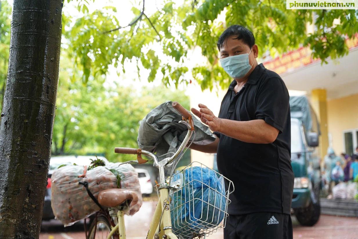 Hơn chục người dầm mưa vận chuyển, phát miễn phí 5,5 tấn nông sản Bắc Giang  - Ảnh 17.