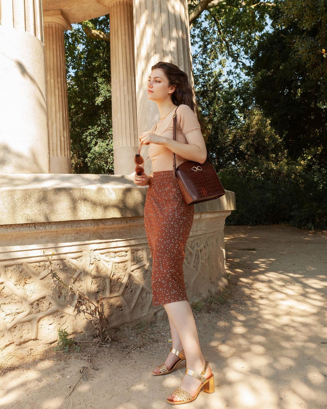 Khác với gái Hàn, phụ nữ Pháp diện chân váy dài trông nổi bật hơn hẳn nhưng vẫn sang ngút ngàn - Ảnh 8.