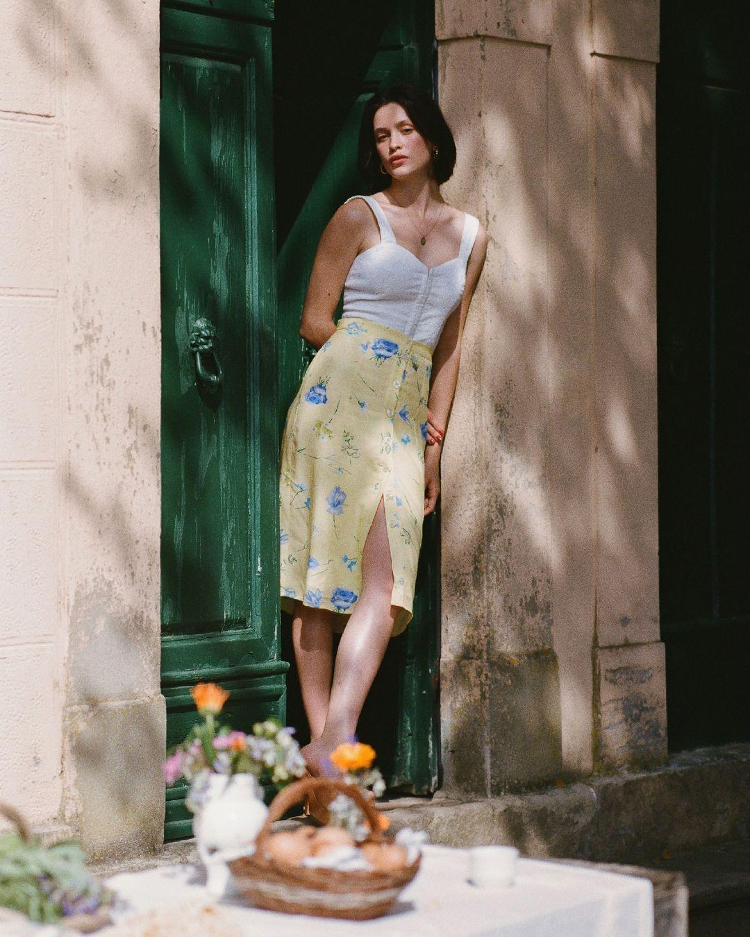Khác với gái Hàn, phụ nữ Pháp diện chân váy dài trông nổi bật hơn hẳn nhưng vẫn sang ngút ngàn - Ảnh 3.