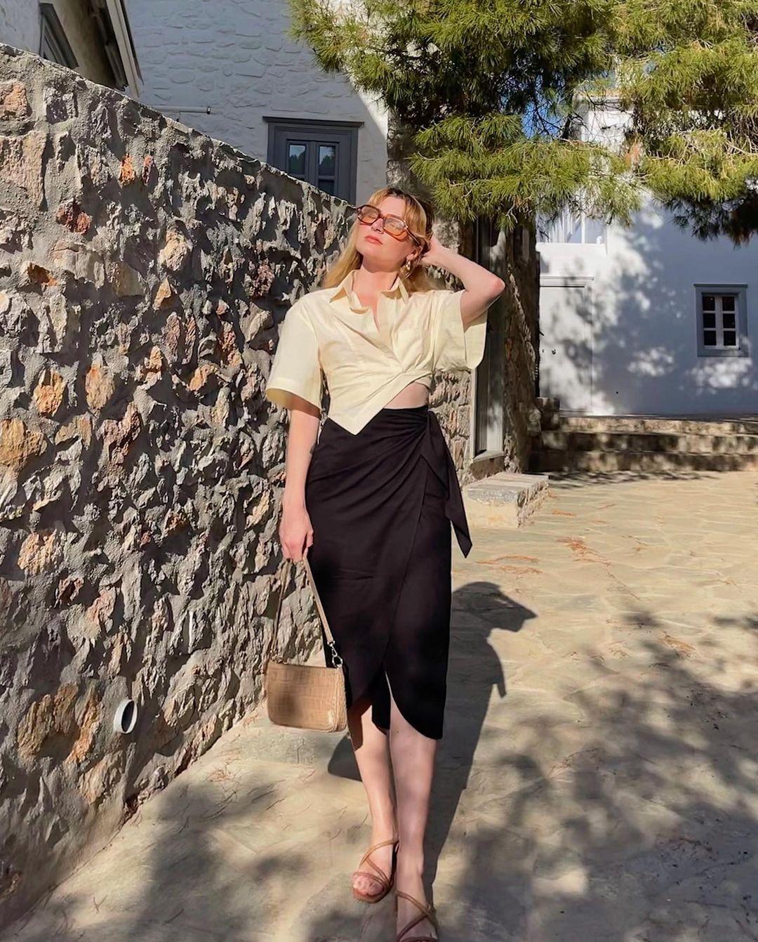 Khác với gái Hàn, phụ nữ Pháp diện chân váy dài trông nổi bật hơn hẳn nhưng vẫn sang ngút ngàn - Ảnh 2.