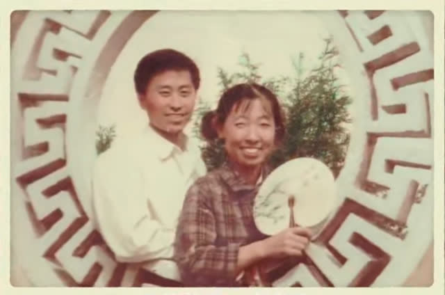 Người chồng 20 năm dắt vợ đi du lịch khắp nơi để quên nỗi đau bệnh tật - Ảnh 1.