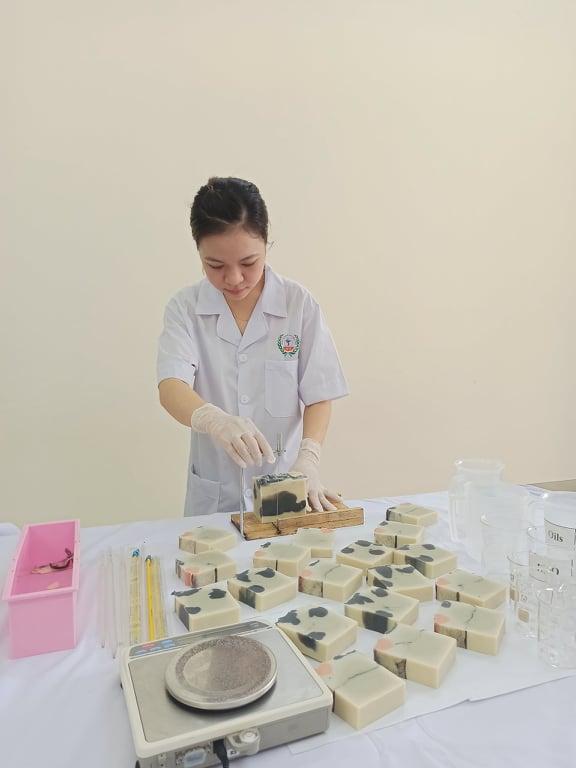 Mẹ bỉm sữa ấp ủ dự án dạy người khiếm thính làm xà bông handmade - Ảnh 2.