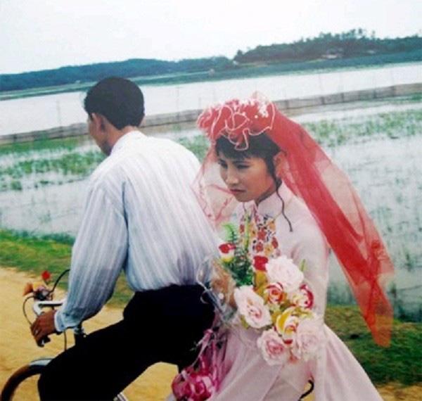 Đọng mãi một thời háo hức đi xem cô dâu, chú rể - Ảnh 2.
