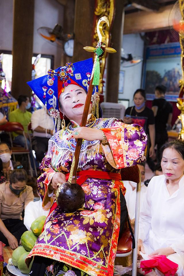 Nghệ nhân Nguyễn Thị Thuần trong một giá hầu