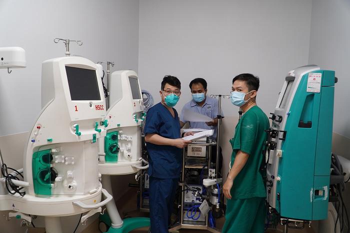 Y bác sĩ căng mình trong Bệnh viện hồi sức Covid-19 quy mô 1.000 giường - Ảnh 1.