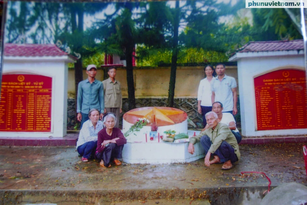 [Ảnh] Vượt hơn 300 cây số, chị gái 85 tuổi lên thăm mộ em là liệt sỹ tại Sơn La - Ảnh 8.