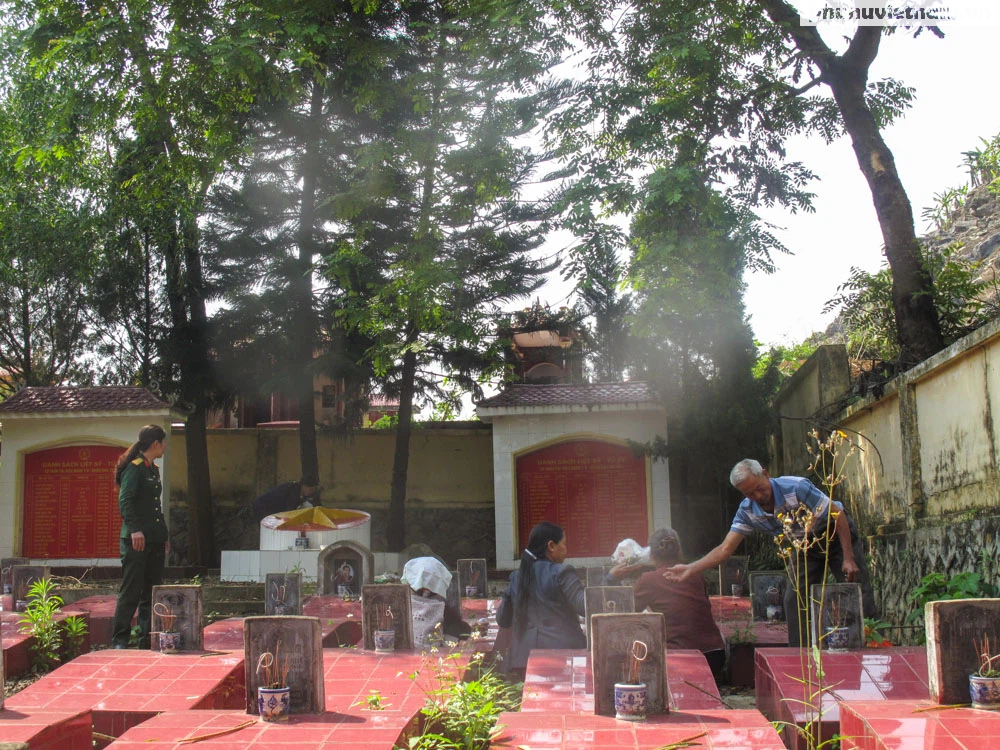 [Ảnh] Vượt hơn 300 cây số, chị gái 85 tuổi lên thăm mộ em là liệt sỹ tại Sơn La - Ảnh 10.
