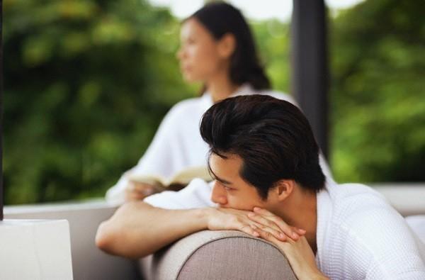 Ở nhà chăm con, bỗng một ngày sụp đổ vì câu nói của chồng  - Ảnh 1.