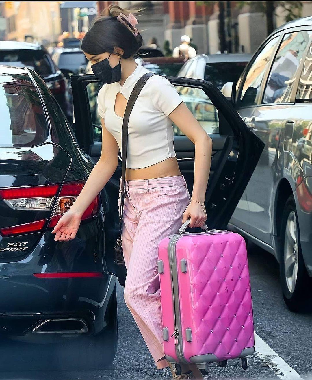 Suri Cruise toàn mặc quần jeans lỗi mốt nhưng nhờ chân dài miên man, vóc dáng chuẩn mà vẫn đẹp xuất sắc - Ảnh 4.