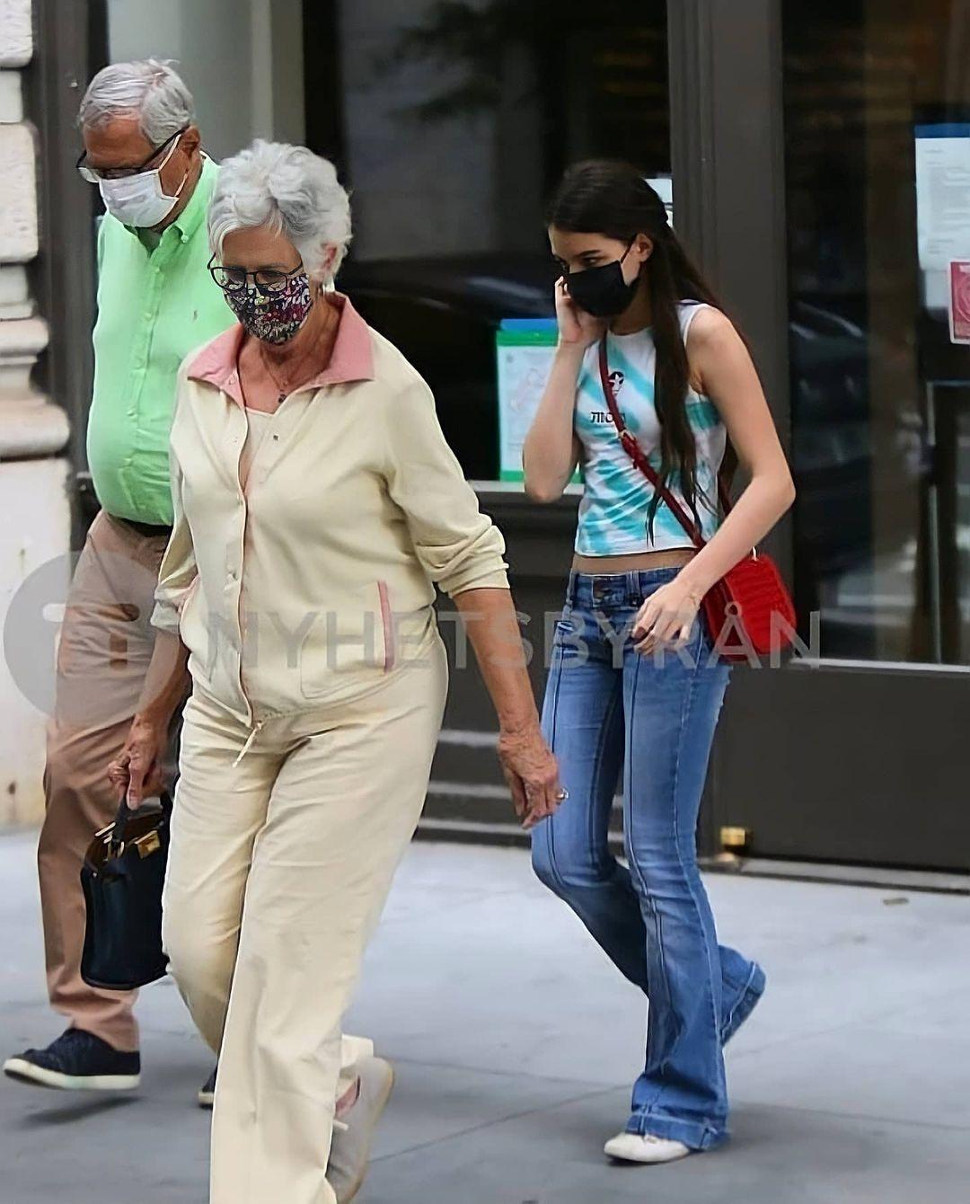 Suri Cruise toàn mặc quần jeans lỗi mốt nhưng nhờ chân dài miên man, vóc dáng chuẩn mà vẫn đẹp xuất sắc - Ảnh 8.