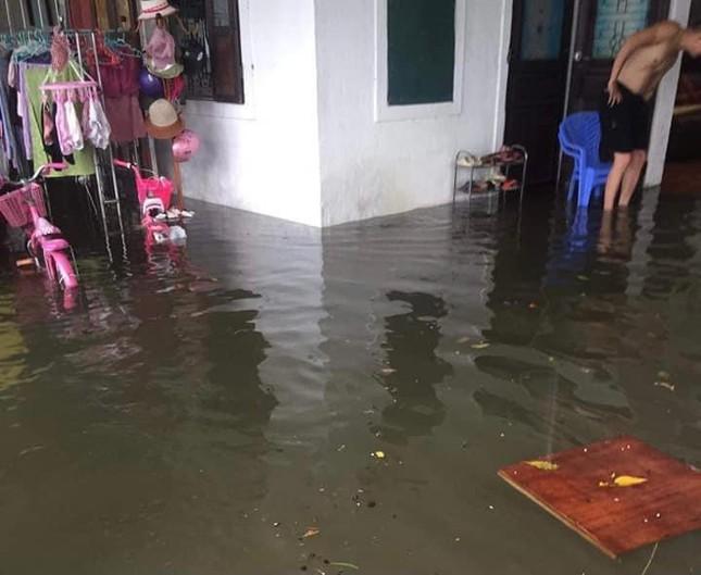 Hà Tĩnh: Mưa lớn kéo dài, quốc lộ 1A ngập sâu trong biển nước - Ảnh 3.