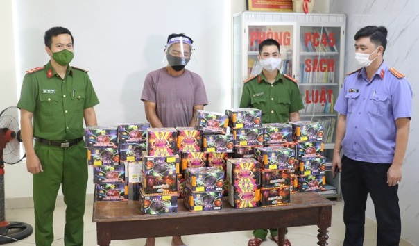 Bắt quả tang tài xế vận chuyển hơn 70kg pháo từ Quảng Trị ra Nghệ An tiêu thụ - Ảnh 1.