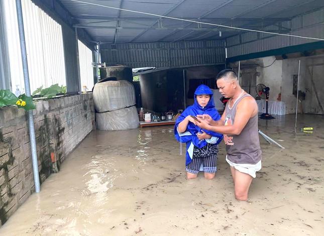 Nhiều địa phương ở Nghệ An bị chia cắt do mưa lớn - Ảnh 2.