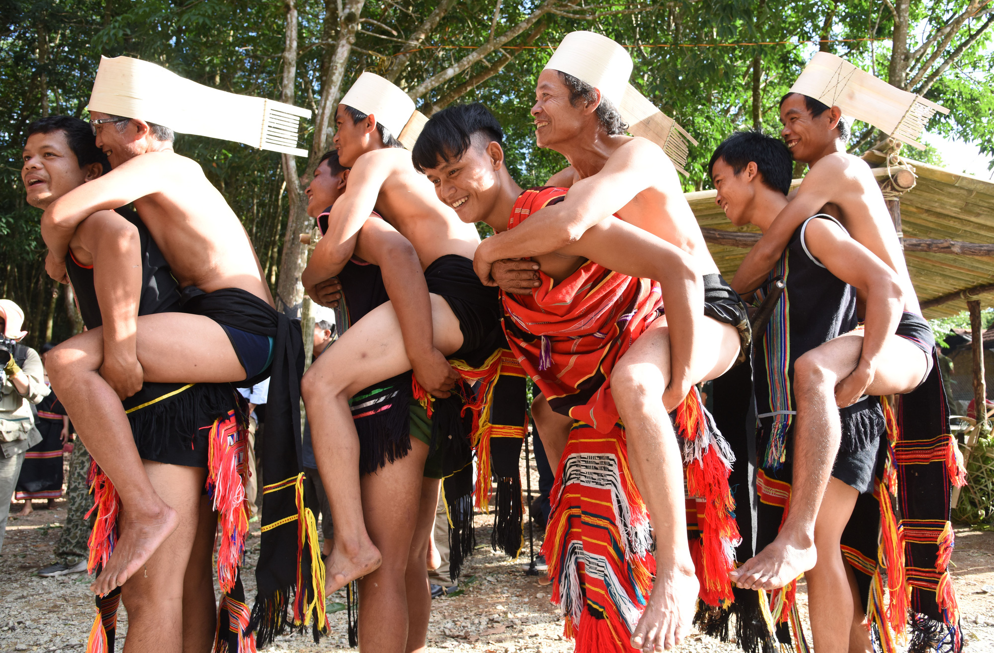 """Độc đáo lễ hội """"ăn than"""" của người Giẻ Triêng - Ảnh 6."""