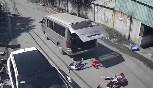 Đồng Nai: Xe đưa đón bung cửa làm 2 học sinh văng xuống đường - Ảnh 1.