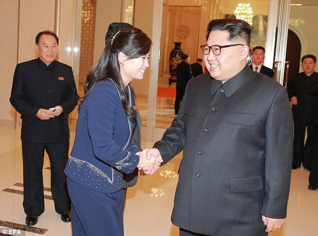 Chủ tịch Triều Tiên Kim Jong Un bắt tay nữ đại tá Hyon Song Wol