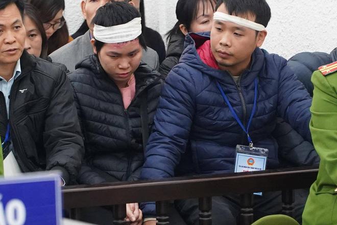 Chị Nhung và chồng rơi nước mắt khi nghe công bố cáo trạng.