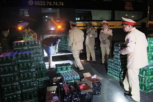Hà Tĩnh: Bắt giữ 2 xe khách vận chuyển hàng bia, rượu nhập lậu - Ảnh 2.