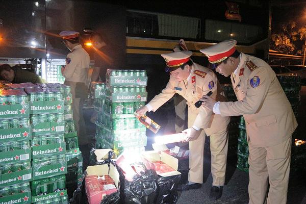 Hà Tĩnh: Bắt giữ 2 xe khách vận chuyển hàng bia, rượu nhập lậu - Ảnh 1.
