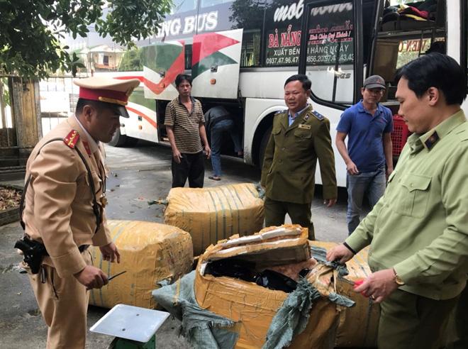 Thừa Thiên Huế: Bắt giữ ô tô biển Lào chở hàng hóa không rõ nguồn gốc đi tiêu thụ - Ảnh 1.