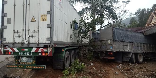 Hà Tĩnh: Xe tải đâm sập nhà dân, cả gia đình thoát chết trong gang tấc. - Ảnh 1.