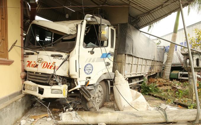 Hà Tĩnh: Xe tải đâm sập nhà dân, cả gia đình thoát chết trong gang tấc. - Ảnh 2.