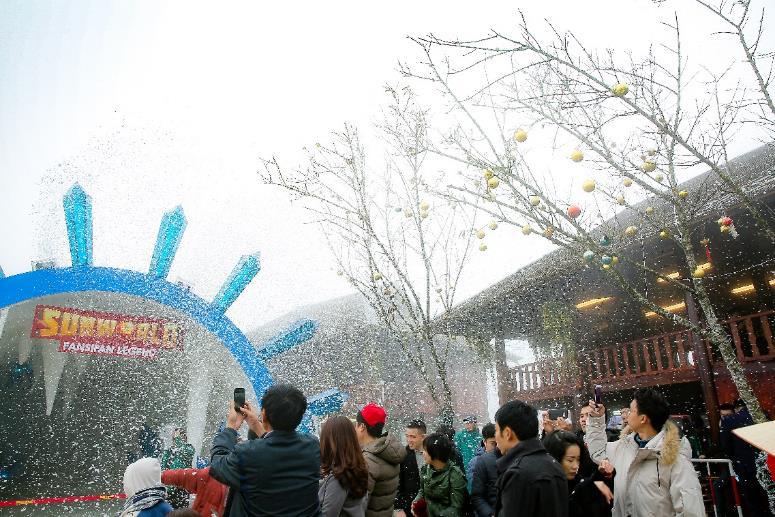 """Khám phá lễ hội mùa đông độc đáo trên """"nóc nhà Đông Dương"""" - Ảnh 3."""