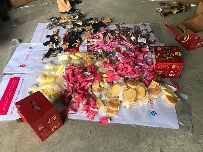 Nhiều bánh kẹo bị lực lượng quản lý thị trường thu giữ có chữ Trung Quốc.