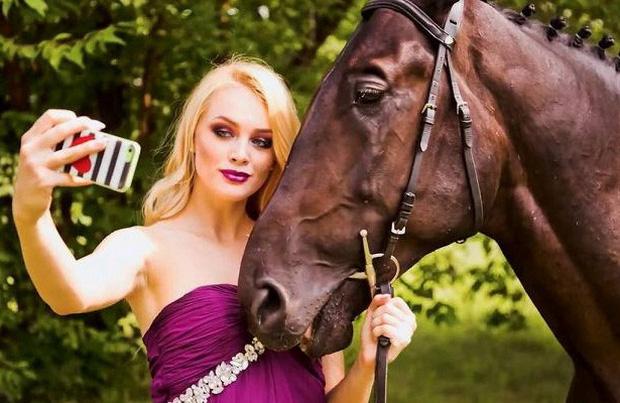 Cô Erica Lindstrom bên chú ngựa