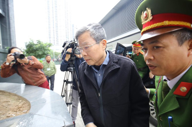 Cựu Bộ trưởng Nguyễn Bắc Son đến tòa sáng 28/12.