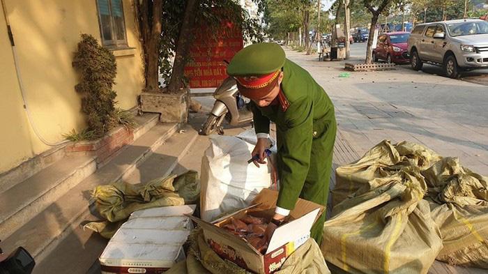 Phát hiện hơn 1 tấn thịt ngỗng xông khói và bánh kẹo nhập lậu từ Trung Quốc - Ảnh 1.