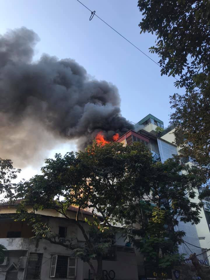 Hà Nội: Cháy quán Karaoke Nhất Thống trên phố Thi Sách - Ảnh 2.