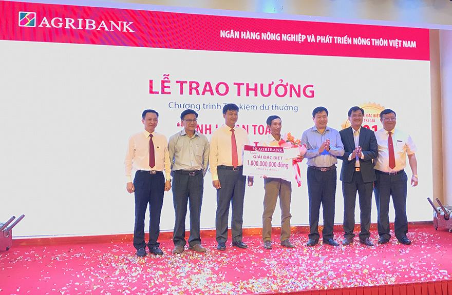 Khách hàng Agribank trúng 01 tỷ đồng Tiết kiệm dự thưởng 'Sinh lợi an toàn – Hàng ngàn giải thưởng' - Ảnh 1.
