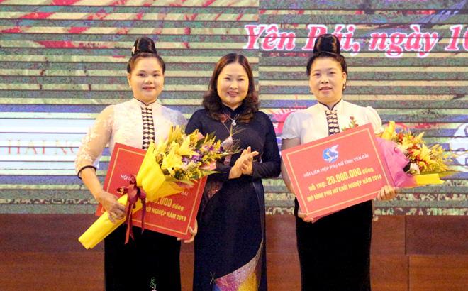 hủ tịch Hội LHPN tỉnh trao hỗ trợ cho hai mô hình phụ nữ khởi nghiệp làm du lịch cộng đồng của Hội Phụ nữ xã Hát Lừu, huyện Trạm Tấu
