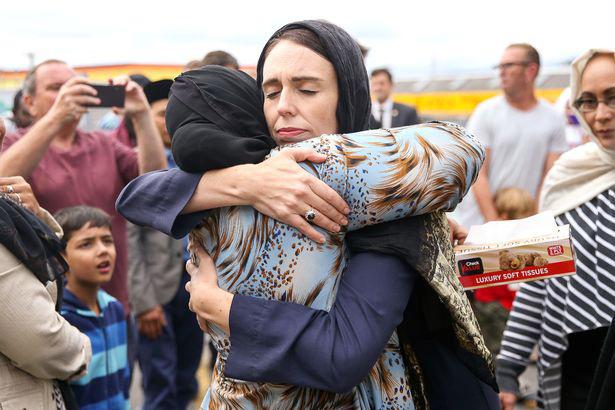 Thủ tướng New Zealand Jacinda Ardern chia sẻ với những người Hồi giáo