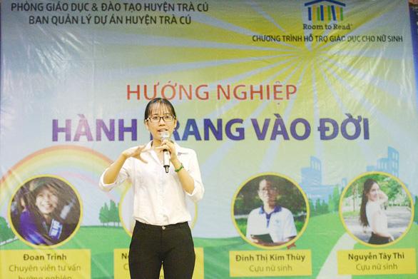 Kim Thùy chia sẻ với bạn bè tại trại hè do Room to Read tổ chức tháng 5/2019
