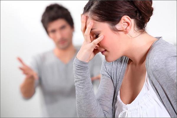 Tình cảm của anh với vợ ngày càng nhạt khi vợ luôn bo bo giữ tiền. Ảnh minh họa