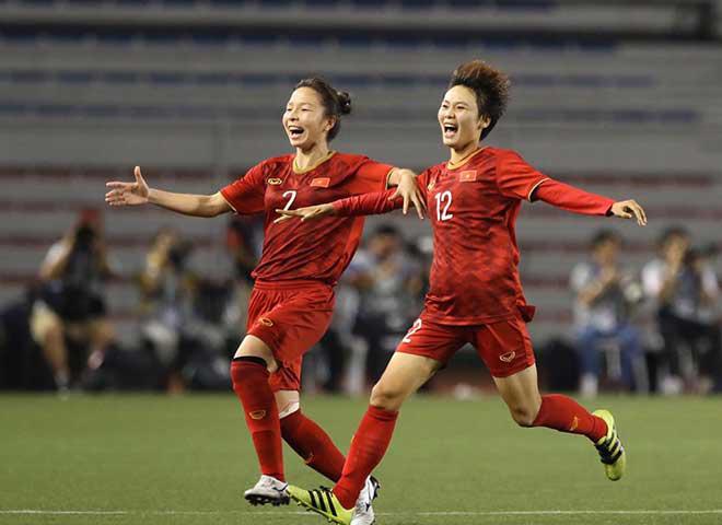 Phạm Thị Yến (phải) có bàn thắng quyết định giúp Đội tuyển bóng đá nữ Việt Nam vô địch SEA Games 30.