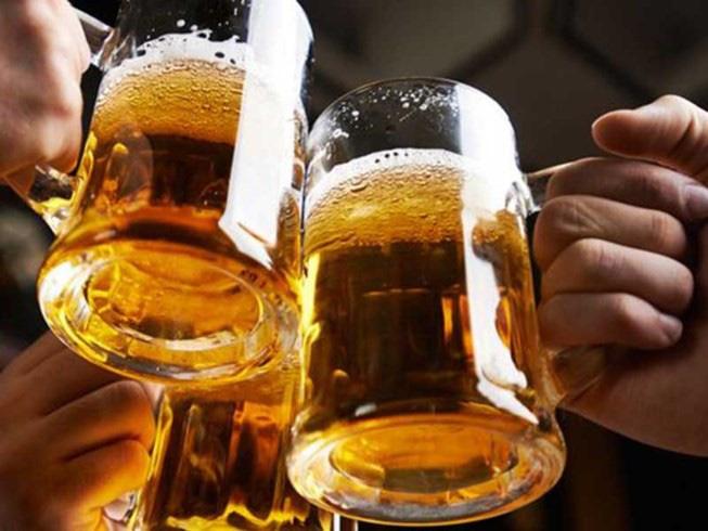 Luật cấm người dưới 18 tuổi sử dụng rượu, bia có hợp lý ? - Ảnh 1.