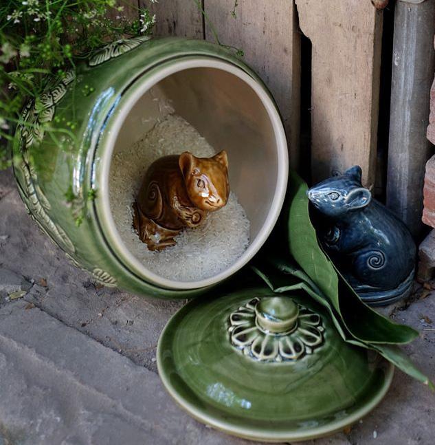 Hình ảnh chuột sa chĩnh gạo được tái hiện lại bằng chất liệu gốm truyền thống. Giá 160.000 đồng/chú chuột gốm