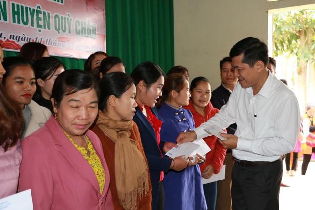 Nghệ An: Hơn 500 suất quà tết đến với giáo viên, học sinh vùng cao - Ảnh 2.