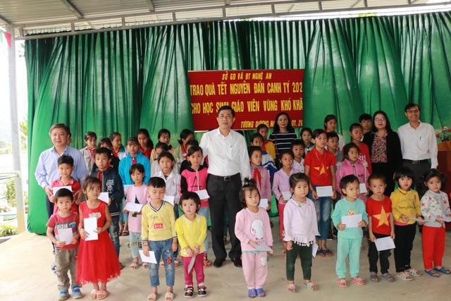 Nghệ An: Hơn 500 suất quà tết đến với giáo viên, học sinh vùng cao - Ảnh 1.