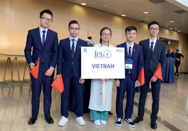 Nguyễn Xuân Ưng (bìa trái), HCV Olympic Vật Lý quốc tế đã được học bổng toàn phần của trường Đại học HKUST, top 30 Thế giới