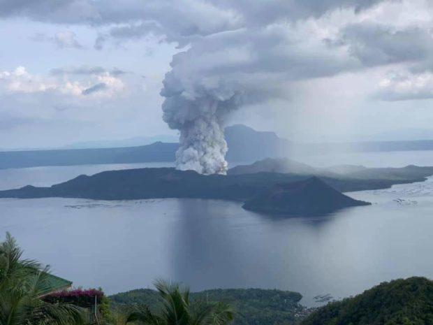 200.000 người Philippines bị ảnh hưởng khi núi lửa Taal thức giấc  - Ảnh 2.
