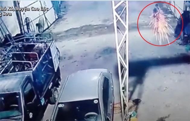 Hung thủ nã liên tiếp nhiều phát đạn vào mâm cơm của gia đình anh Túy (ảnh cắt từ clip)