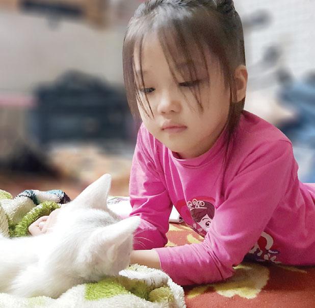 Ngày Tết của cô bé nghèo phối đồ cực chất ở vỉa hè Hà Nội - Ảnh 1.