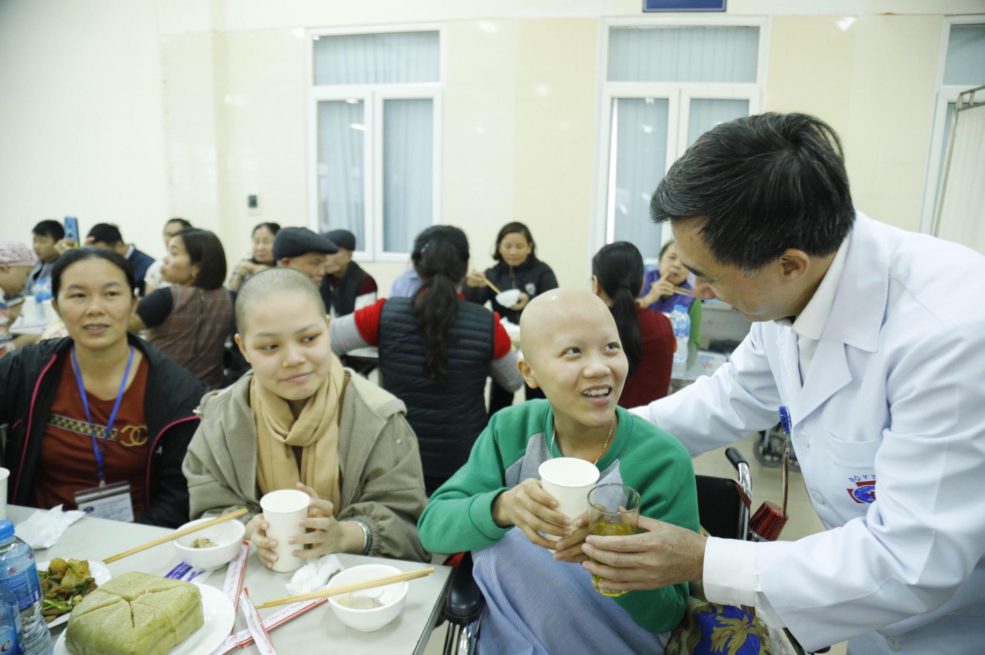 Xúc động bữa cơm Tất niên của gần 600 người bệnh ung thư - Ảnh 2.